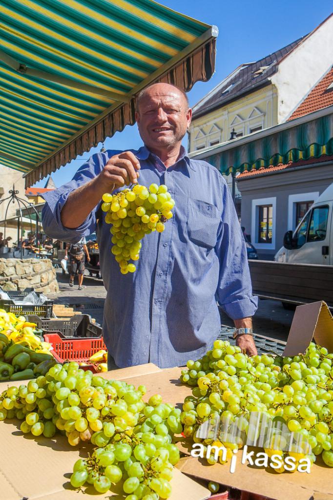 A templom előtti piacon gyakran lehet hallani magyar szót, a környező falvak őstermelői itt próbálják eladni a kertjük terméseit. Ezt a szőlőt a Tokaj vidéki Szőlőskén szüretelték.