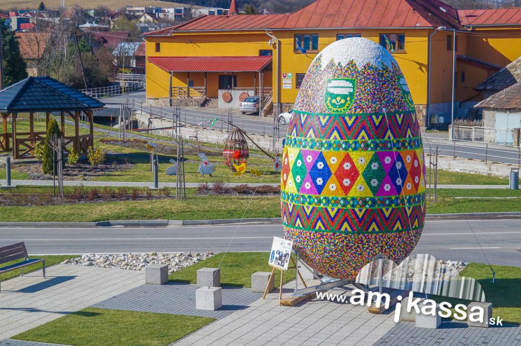 Óriás tojás 60ezer műanyag kupakból
