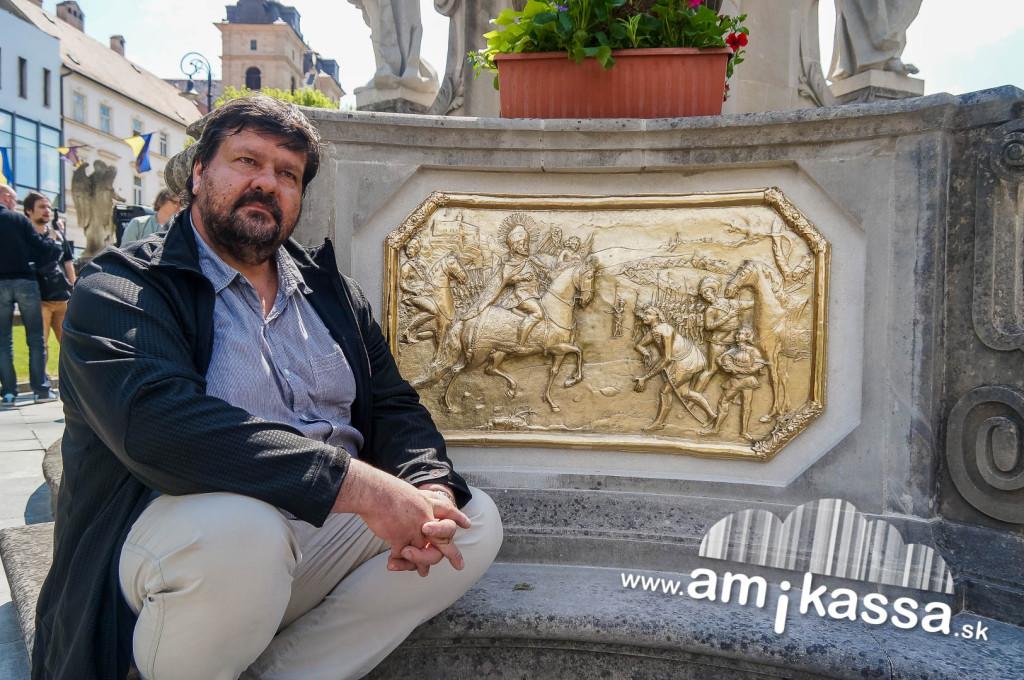 S. Kožela  szobrászművész az eredeti reliefekről készítette a tökéletes másolatokat.